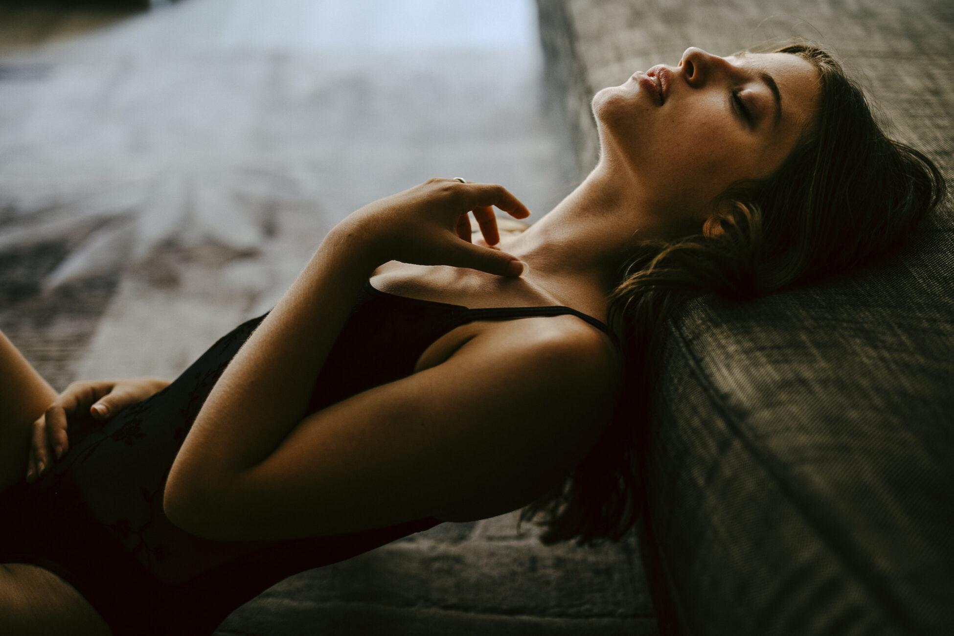 portrait intime femme fontainebleau - séance photo intimiste seine et marne - portrait de femme en lumière naturelle - ile de france - photographe portrait fontainebleau - lucie atlan photographe