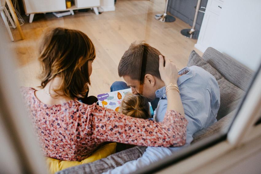 séance photo grossesse en famille - photographe grossesse fontainebleau - photographe lifestyle seine et marne - préparer l'arrivée de bébé ile de france - lucie atlan photographe
