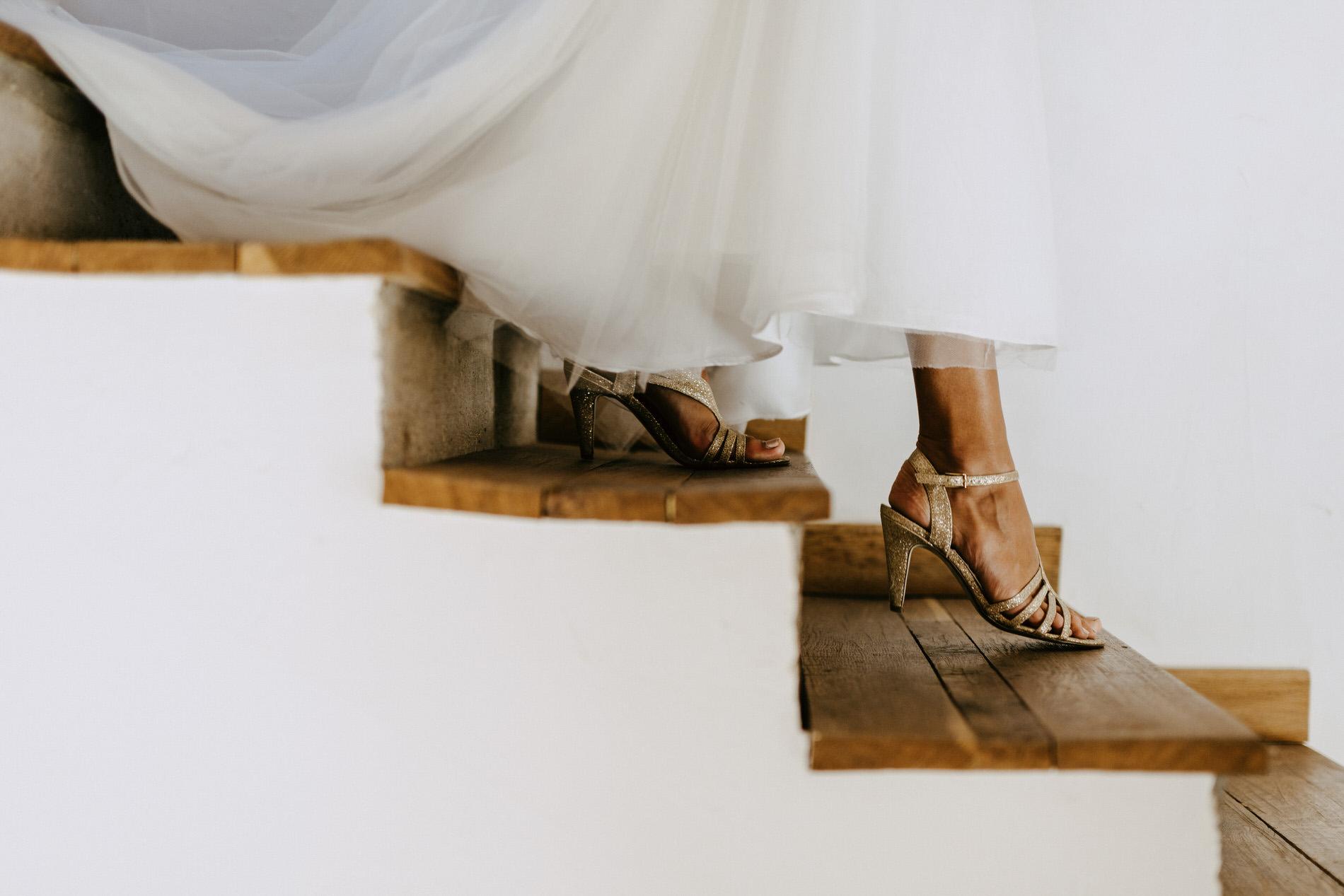 détails de la mariée - reportage photo de mariage ile de france - chaussures de la mariée - photos préparatifs de mariage - photographe mariage seine et marne - photographe fonatinebleau - lucie atlan photographe