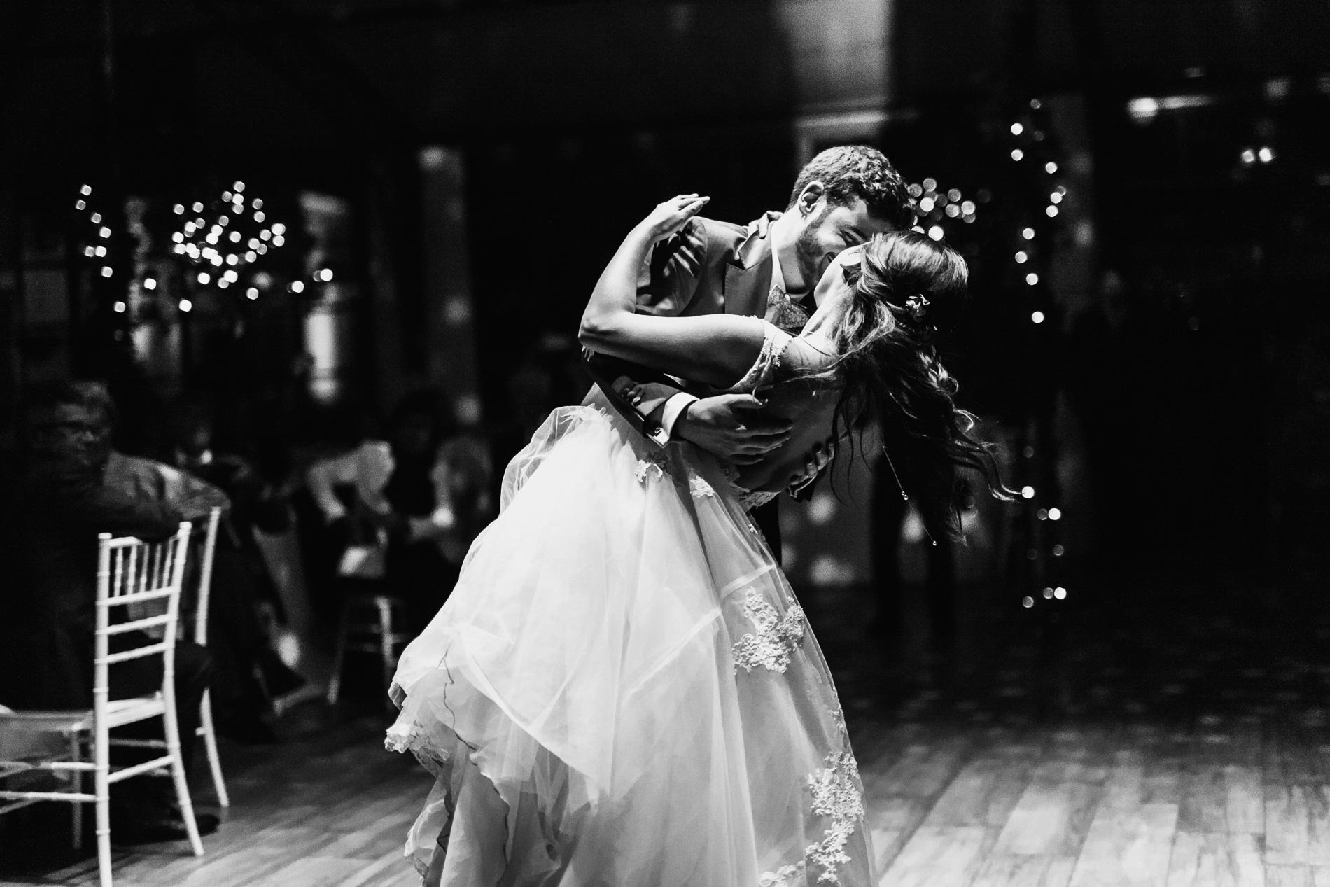 photos de soirée mariage - première danse mariés - reportage photo cérémonie laique mariage - se marier en ile de france - photographe mariage seine et marne - lucie atlann photographe